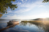 Kleine vissersboot afgemeerd op saimaa lake — Stockfoto