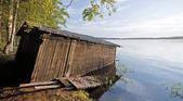 Kleinen alten holzboot-garage an der küste — Stockfoto