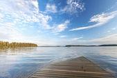 Staré dřevěné molo jde pod vodou — Stock fotografie
