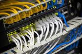 Vaste réseau hub et câble connecté à internet. mise au point sélective — Photo