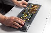 Hände auf beleuchteten industrielle tastaturen mit trackball rot — Stockfoto