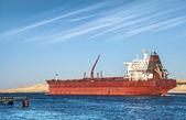 Petrolero rojo grande atraviesa el canal de suez — Foto de Stock