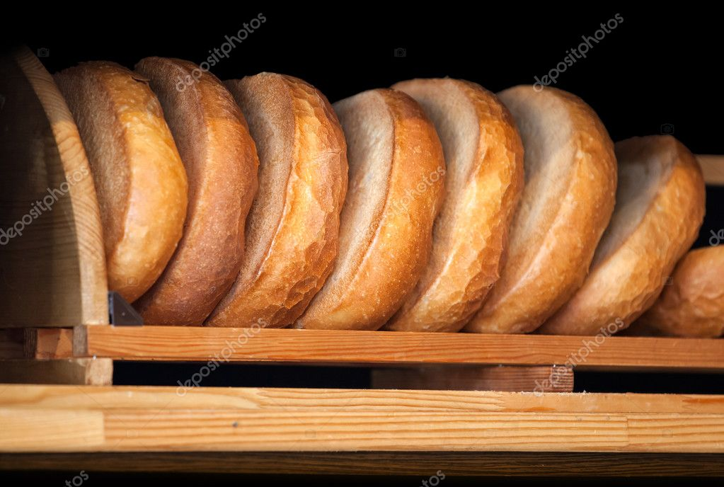 Wooden bakery counter with fresh traditional Russian wheat bread. Selective focus — Stock Photo #13997932
