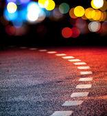 Virando brigt estrada de asfalto com marcação de linhas e luzes — Foto Stock