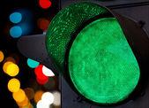 Semáforo verde con las luces coloridas del foco — Foto de Stock