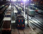 Scena notturna della ferrovia con luci e treni merci — Foto Stock