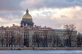 Classical view of city skyline on Neva river with Isaakievsky Cathedral in Saint-Petersburg — Stock Photo