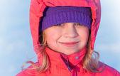 Petite fille belle rousse en hiver outwear sourires — Photo