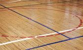 Piso de madeira do salão de esportes com as linhas de marcação colorida — Fotografia Stock