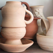 Pottery examples on the shelf in the art school — Stok fotoğraf