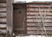 Old wooden building facade with locked door — 图库照片