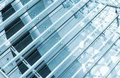 Fragmento abstracto interior moderno con escaleras de cristal — Foto de Stock