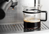 Moderna glas kopp svart kaffe i espressomaskin — Stockfoto