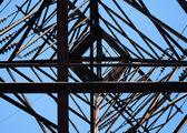 En levant le pylône en acier haute tension — Photo