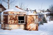 Pequena velha e abandonada mercado enferrujado na aldeia russa de inverno — Foto Stock