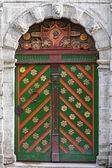 Ancienne porte en bois de coloré avec des éléments de décoration en façade de l'édifice ancien. tallinn, estonie — Photo