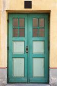 Groene houten deur met windows in oude gevel van het gebouw. tallinn, estland — Stockfoto