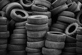 Staré použité pneumatiky, na které se plnily vysoké piloty — Stock fotografie