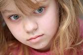 Closeup portrait von blond caucasian mädchen in rosa — Stockfoto