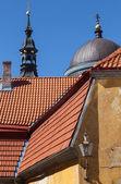 Старый Таллин архитектуры фрагмент с красными крышами и церкви — Стоковое фото