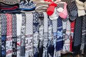 Sciarpe di lana, calzini e altri indumenti si trovano sul bancone della strada 3 maggio 2013. questo è un souvenir tradizionali artigianato estone — Foto Stock