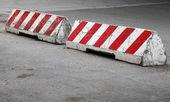 躺在路面上的红色和白色的条纹混凝土路面障碍 — 图库照片