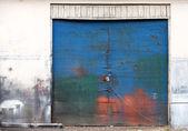Фоновая текстура с синий гранж металлических ворот на белой стене — Стоковое фото