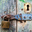 Old lock and rusted keyhole on green wooden door — Stock Photo