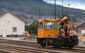 Современные желтые поддержки мотор-вагон стоит на железной дороге в Норвегии — Стоковое фото