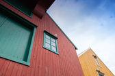 Frammento di case in legno rosse e gialle in norvegia — Foto Stock