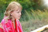 Letní venkovní portrét blonďatá holčička v červený šátek — Stock fotografie