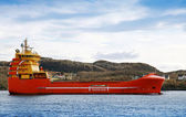 Röda och gula norska plattform leverans fartyg seglar på fjorden — Stockfoto