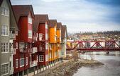 Fachadas de casas coloridas de madeira, na pequena cidade norueguesa — Foto Stock