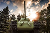 Soviet heavy KV-85 tank from the Second World War with forest and dramatic sky on a background. Monument in St-Petersburg — Stock Photo