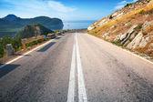 Doble línea divisoria en la carretera de montaña en — Stockfoto