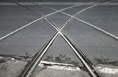 Fundo de transporte com travessia do eléctrico na estrada urbana de asfalto cinza — Fotografia Stock