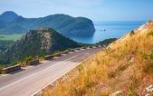 Zomer bergweg met blauwe hemel en zee op een achtergrond. adriatische zeekust, montenegro — Stockfoto