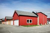 Rurales traditionnels rouges et jaunes en bois garages norvégiens — Photo