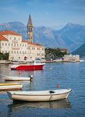 пейзаж с лодки. старый город пераст, которский залив, черногория — Стоковое фото