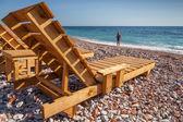 Drewniane leżaki i dziewczynki stoją na wybrzeżu morza adriatyckiego — Zdjęcie stockowe