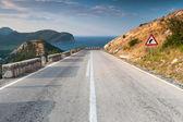 Divisione linea e disabilita segno sull'autostrada costiera montagna — Foto Stock