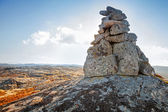 Stone cairn as navigation mark on the top of Norwegian mountain — Zdjęcie stockowe