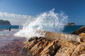 Dalgaların kırılması ile taş dalgakıran. Adriyatik Denizi, Karadağ — Stok fotoğraf