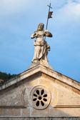 Statua jezusa na dachu kościoła starożytnego w perast — Zdjęcie stockowe