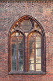 Gothic window in red brick wall of Dome Cathedral, Riga, Latvia — Stock Photo