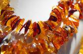 Fotografía macro de perlas de ámbar naranjas sobre fondo blanco — Foto de Stock