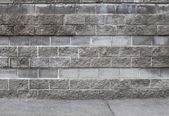城市背景内政部与老灰色的砖墙和沥青 — 图库照片