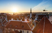 Morning cityscape with rising sun light in old town of Tallinn — Stock fotografie