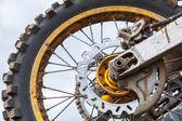 Närbild fragment av bakre sporten motocross cykel hjul — Stockfoto