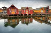 Rouges et jaunes des maisons en bois dans le village de pêche norvégien. rorvik, norvège — Photo